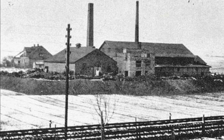 Alte Fabrikgebäude mit 2 Schloten