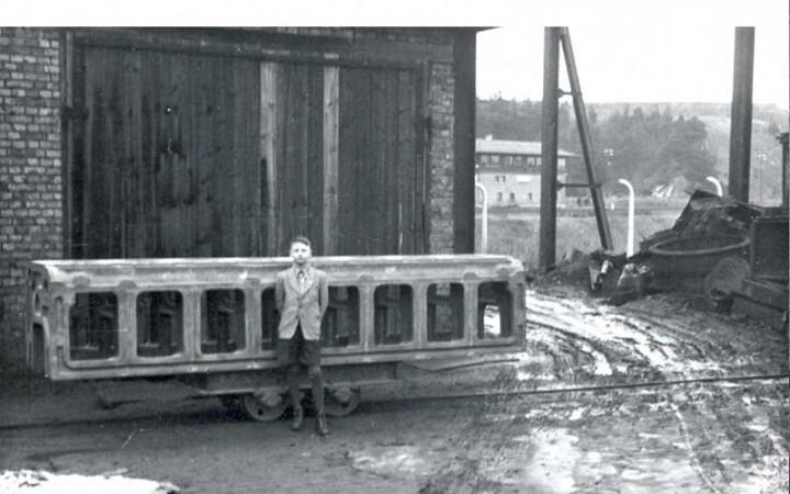 Hans Heger vor einem Motorblock