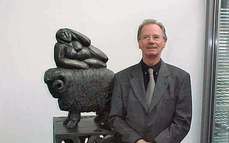 Hans-Jakob Heger vor Kunstgussfigur